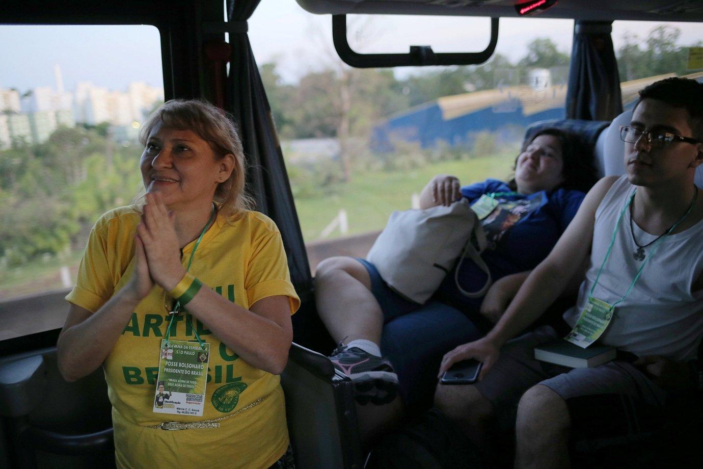 Eleitores de Bolsonaro viajam de ônibus de São Paulo a Brasília para ver a posse do presidente