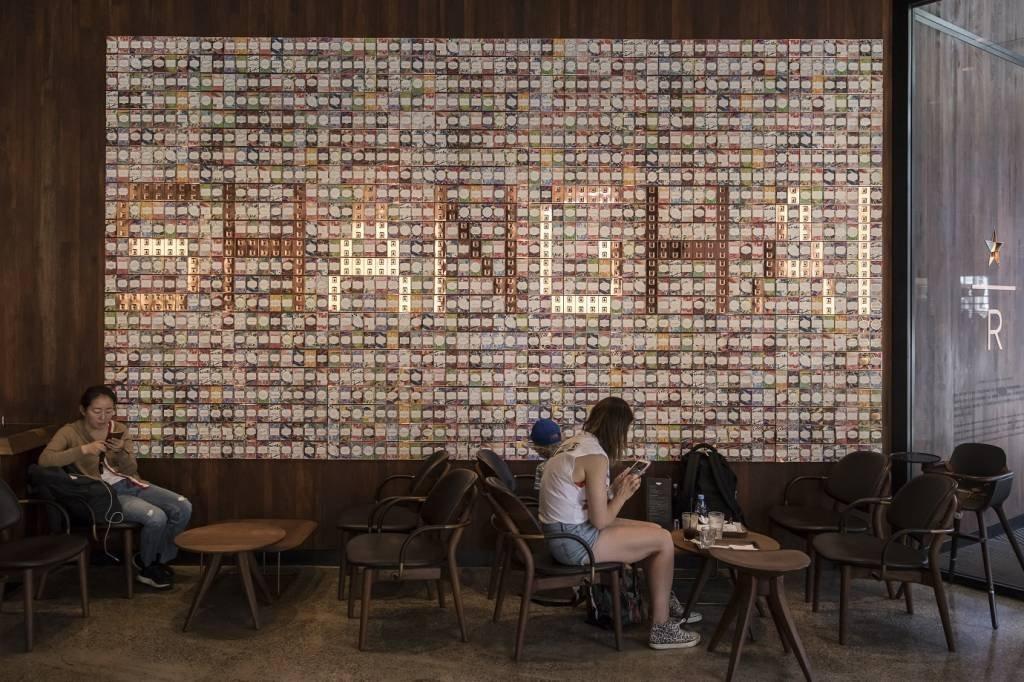 Quadro na entrada da megaloja do Starbucks em Xangai