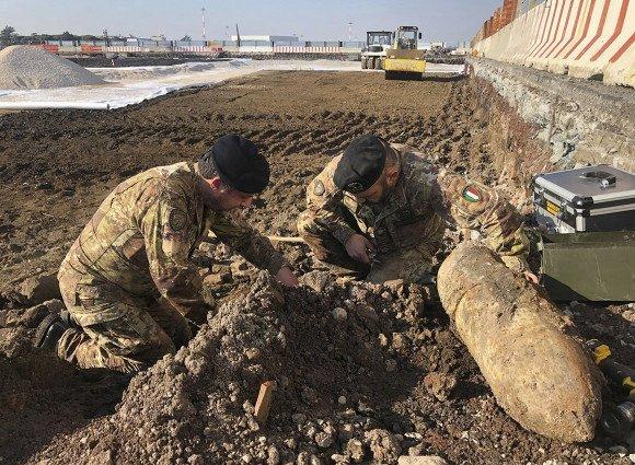 Bombas da Segunda Guerra Mundial são encontradas em aeroporto de Roma, Itália
