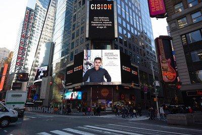 """Empire Residence, empresa fundada por brasileiro nos EUA, ganha anúncio na Times Square, em Nova York. O anúncio traz os dizeres """"Alex Matthews, CEO da Empire Residence, expande negócio milionário aos 25 anos!"""" escritos em inglês na esquina mais famosa do mundo."""