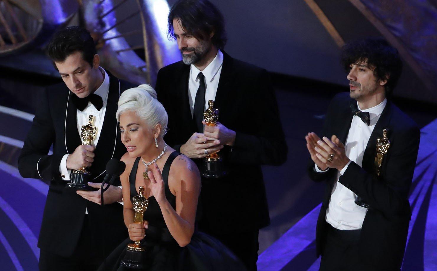"""Lady Gaga recebe o Oscar de """"Melhor canção original"""""""