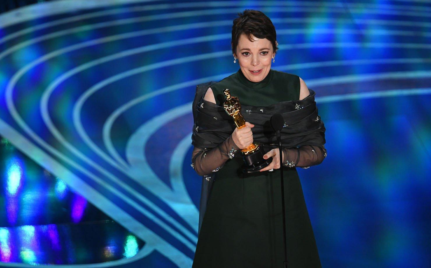 """Olivia Colman recebe o Oscar de """"Melhor Atriz"""" pelo seu papel de rainha Anne em """"A Favorita"""""""
