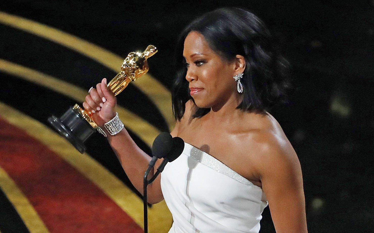 """Regina King recebe o Oscar de """"Melhor atriz coadjuvante"""""""