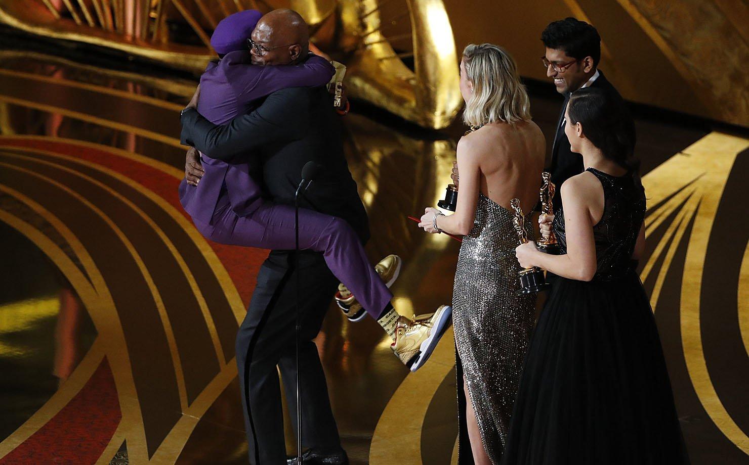 """O diretor Spike Lee pula em cima de Samuel L Jackson ao ganhar o prêmio de """"Melhor roteiro adaptado"""" no Oscar 2019"""