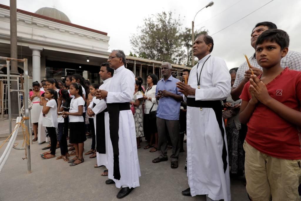 Um mês após ataque, católicos realizam cerimônia em frente a igreja atingida em ataques