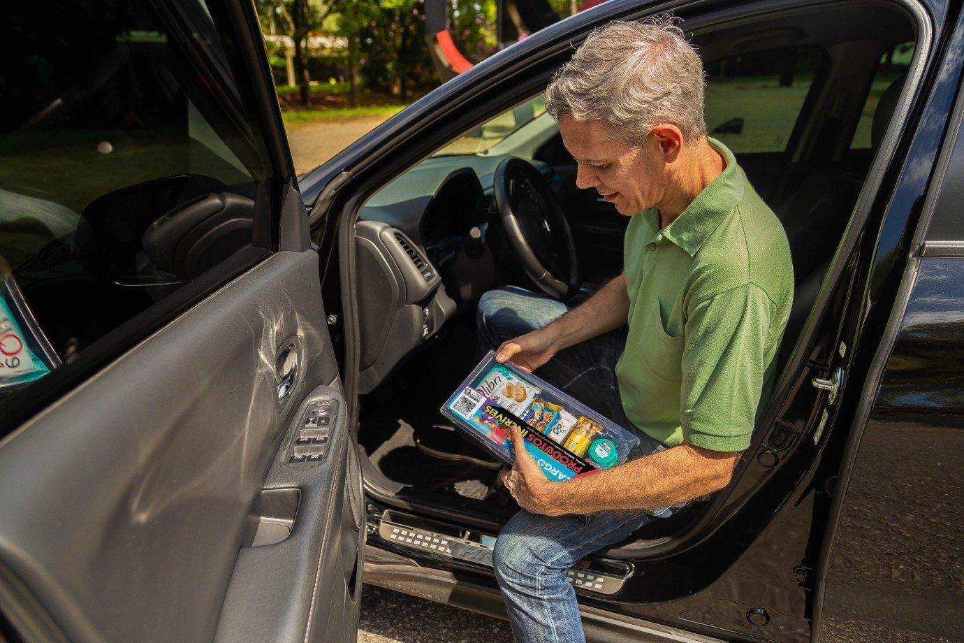 Motorista da Uber com produtos da Cargo
