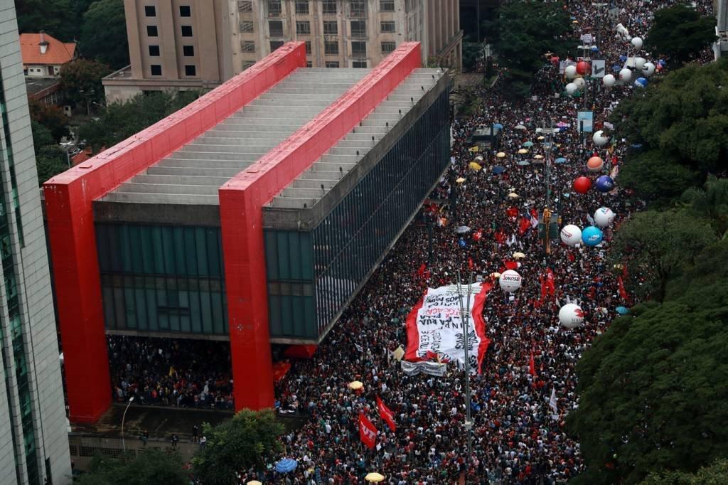 Manifestantes se reúnem em frente ao Masp, na Avenida Paulista, em São Paulo