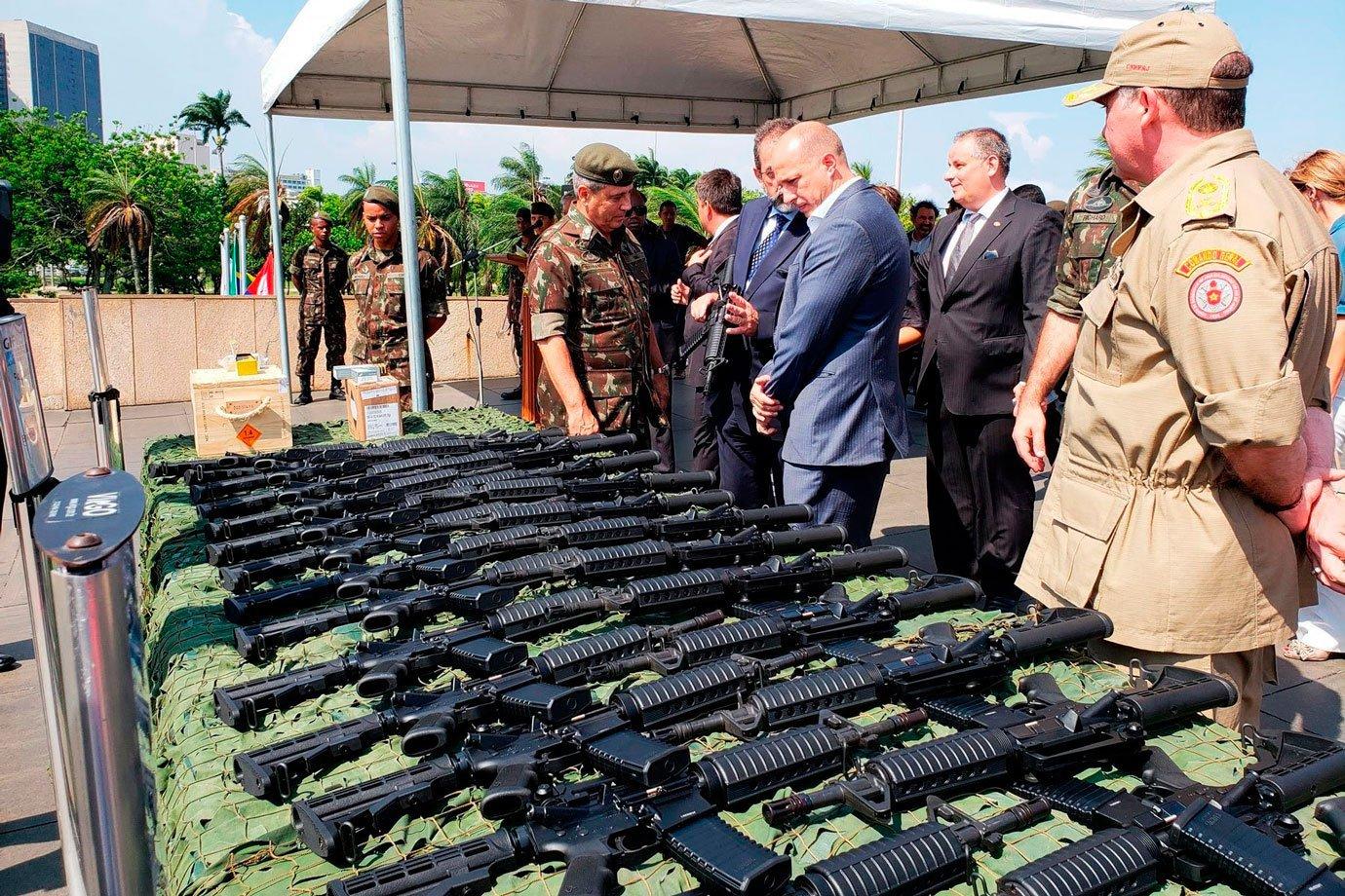 Coletes de proteção e cartuchos de balas da Companhia Brasileira de Cartuchos (CBC)
