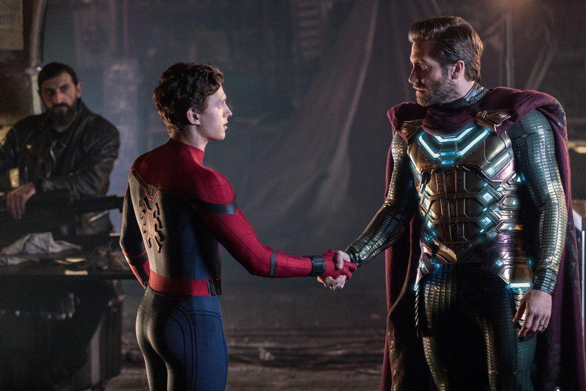 """Homem-Aranha (Tom Holland) e Mysterio (Jake Gyllenhaal) em cena de """"Homem-Aranha: Longe de Casa"""": bons amigos, mas até quando?"""