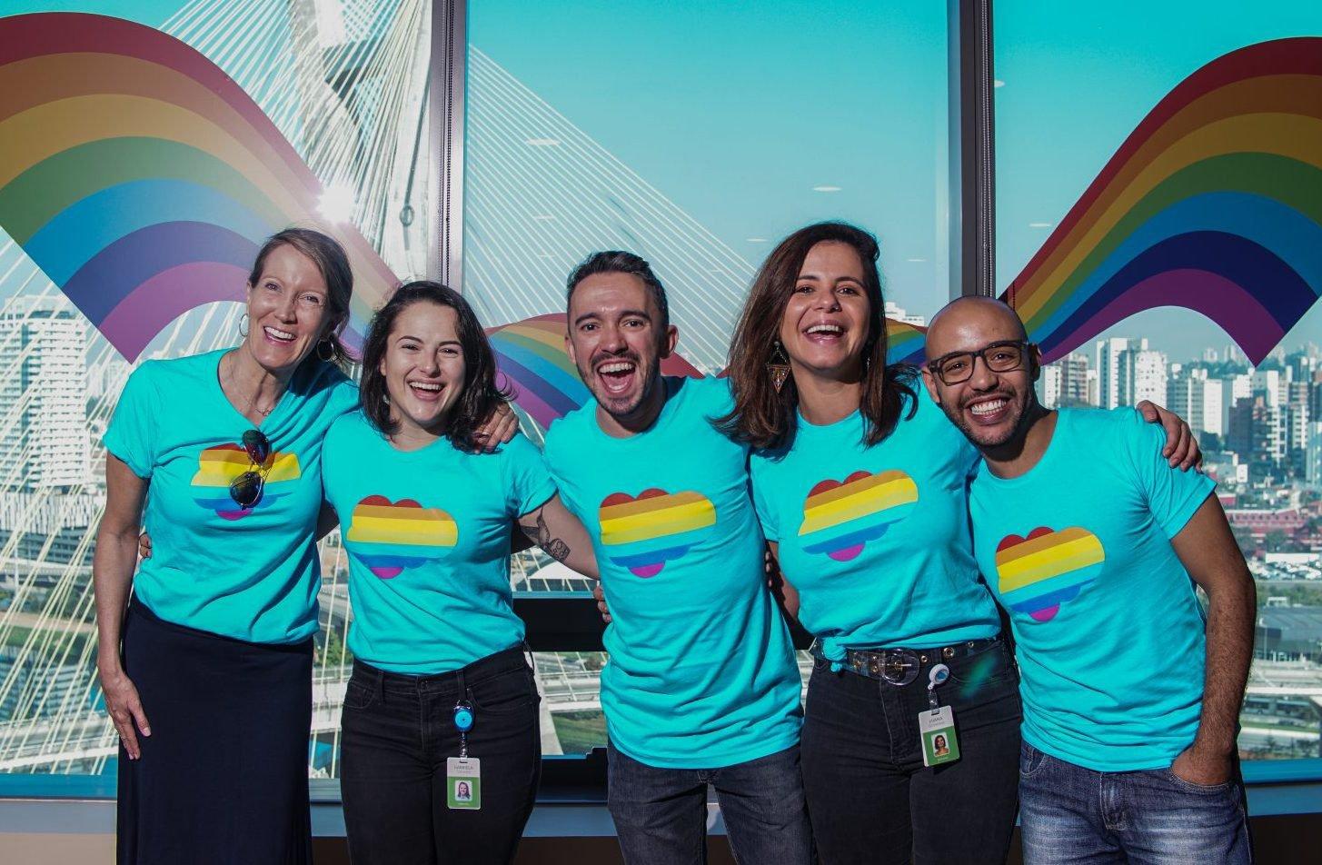 Alexandra Smith, Gabriela Coelho, Tiago Marinho, Luana Gimenez e Johnny Silva, colaboradores da Salesforce durante evento de esquenta para a Parada do Orgulho LGBTQ