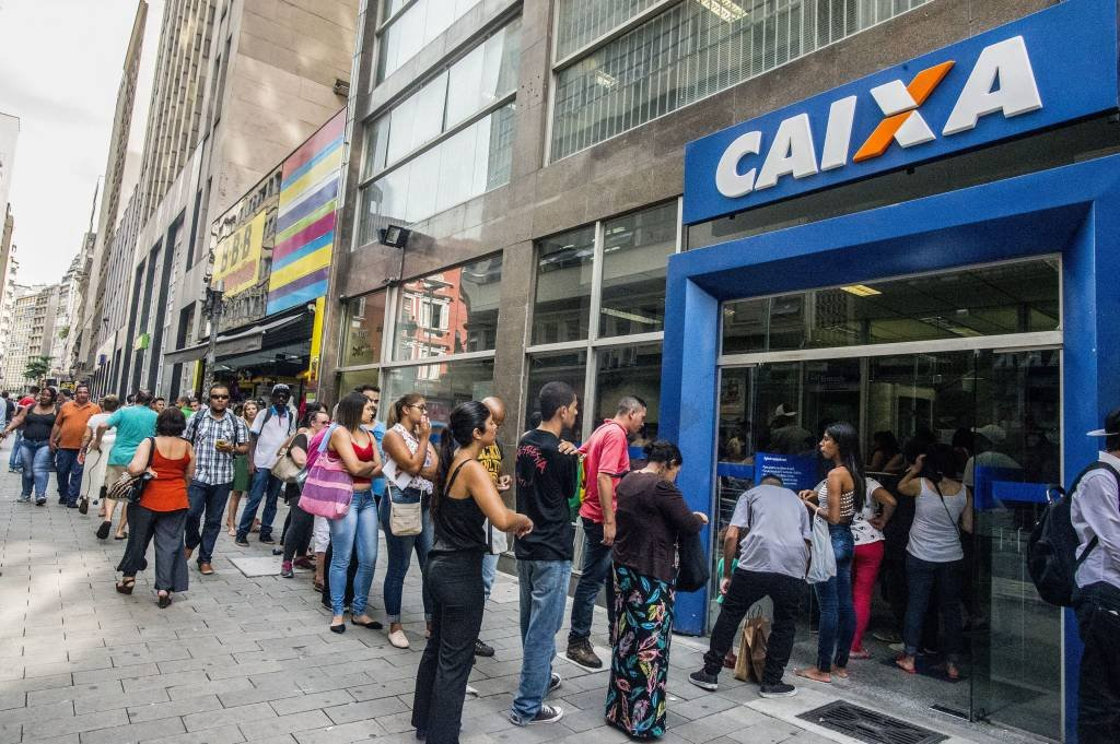Trabalhadores fazem fila na frente de agência da Caixa para sacar valor de contas inativas do FGTS em 2017