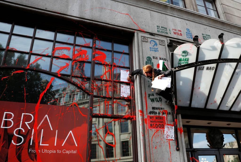 Ativistas do clima protestam na embaixada do Brasil em Londres