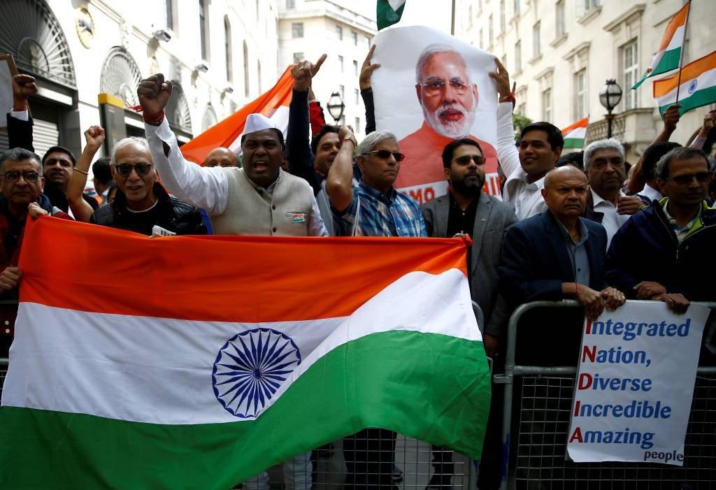 Milhares de manifestantes protestam em Londres contra a índia no conflito da Caxemira