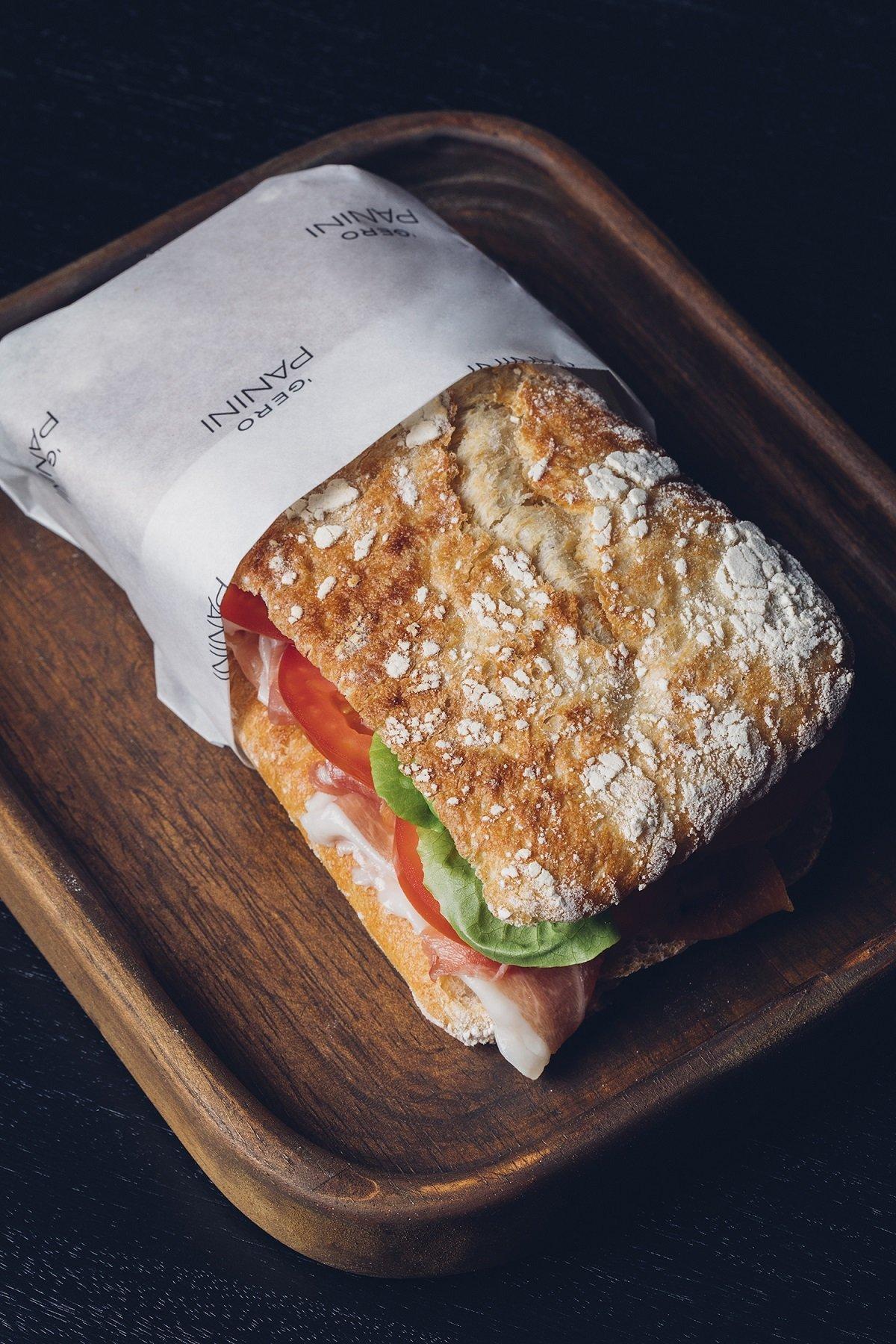 Panini de presunto cru com queijo brie, alface e tomate, do Gero Panini