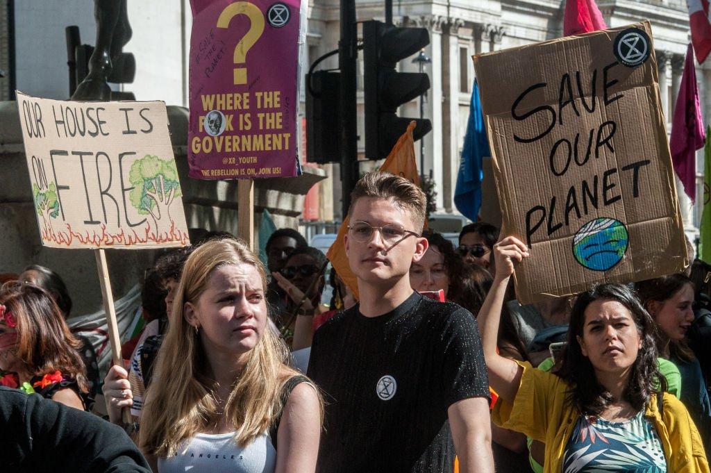Manifestantes protestam em frente a embaixada brasileira em Londres contra os incêndios na Amazônia