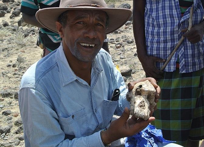 Haile-Selassie com crânio