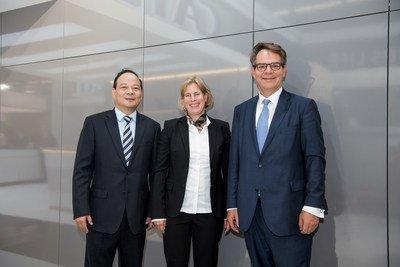 Da esquerda para a direita - Dr. Robin Zeng, fundador, presidente e CEO, Contemporary Amperex Technology (CATL) - Gesa Reimelt, diretora do grupo de e-Mobility da Daimler Trucks  Buses - Dr. Frank Reintjes, diretor de mecanismos de potência, e-mobilidade e engenharia de produção da Daimler Trucks & Buses (PRNewsfoto/CATL)
