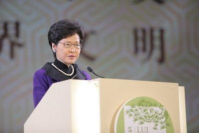 Carrie Lam, chefe executiva da HKSAR, fala na cerimônia de premiação do prêmio LUI Che Woo. (PRNewsfoto/LUI Che Woo Prize Limited)
