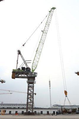 O guindaste de torre de lança basculante, LH3350-120, sendo testado por uma equipe de Pesquisa e Desenvolvimento da Zoomlion (PRNewsfoto/Xinhua Silk Road Information)