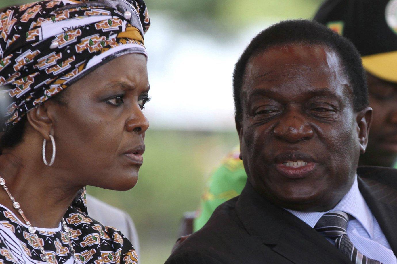 Grace Mugabe e o então vice-presidente do Zimbábue, Emerson Mnangagwa