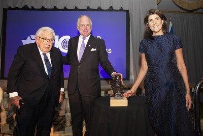 Henry Kissinger – ex-secretário de estado dos EUA, Amb. Ronald S. Lauder – Presidente do WJC, Nikki Haley – ex-embaixadora dos EUA na ONU   crédito da imagem - Noa Grayevsky (PRNewsfoto/World Jewish Congress)