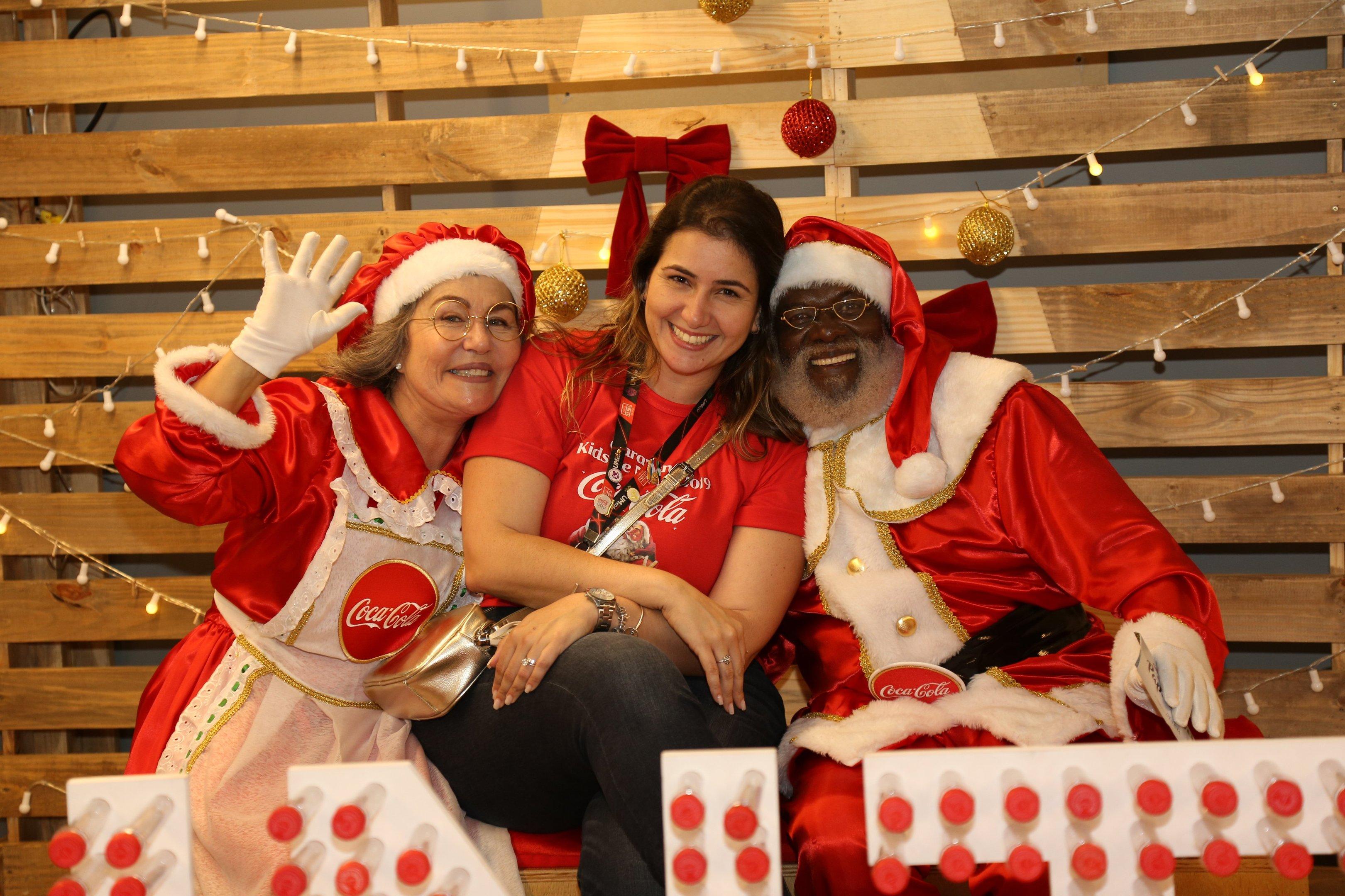 Funcionária da Coca-Cola Femsa Brasil com o papai e mamãe noel