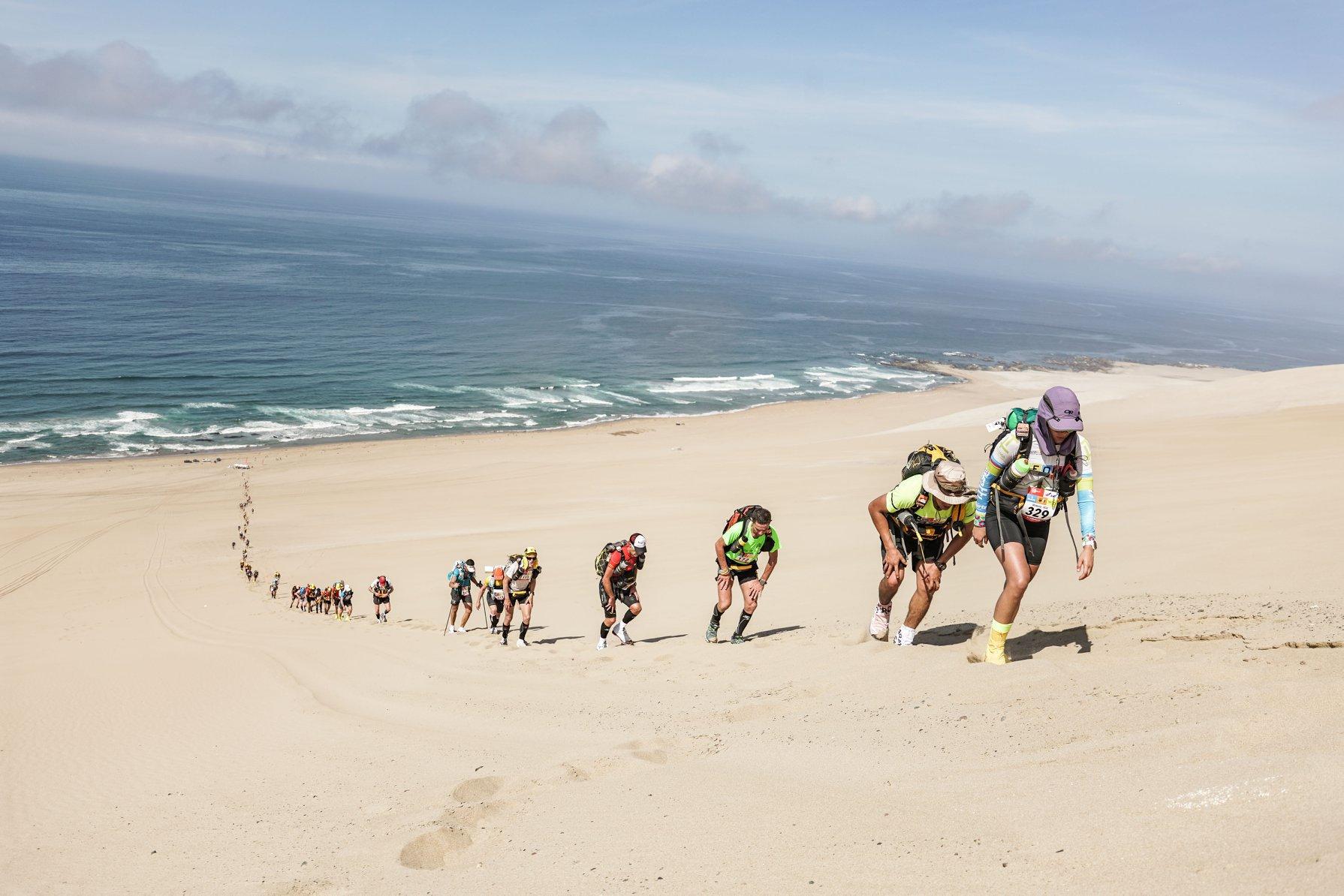 Sidney Togumi durante a Half Marathon Des Sables, no Deserto de Ica, no Peru