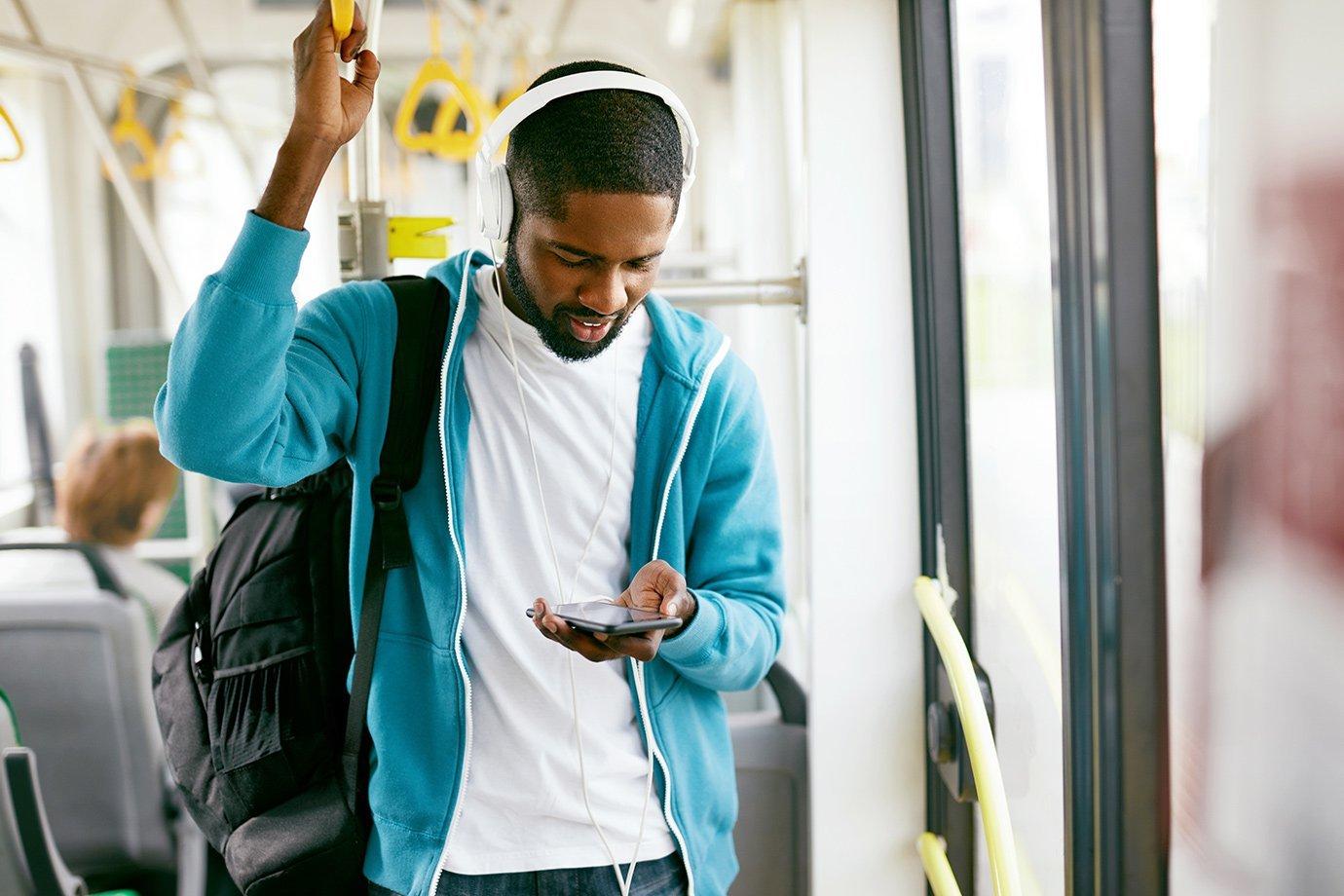 Homem ouvindo música no fone de ouvido