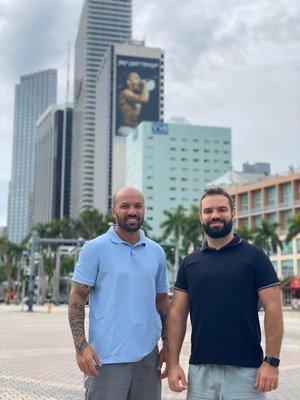Victor Conceição (à esq.) e Luiz Henrique Bonatti, sócios da Barbearia Vip, em Miami