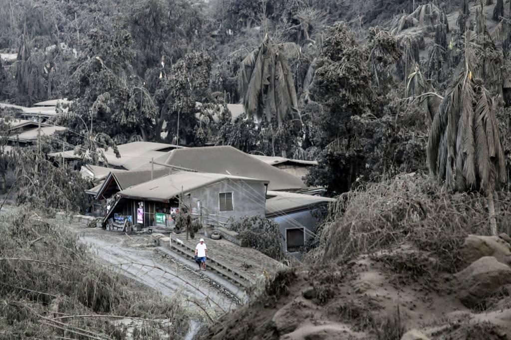 Vulcão Taal entra em erupção nas Filipinas e milhares de pessoas são evacuadas