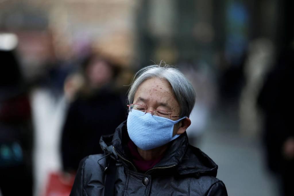 Mulher usa máscaras em Pequim