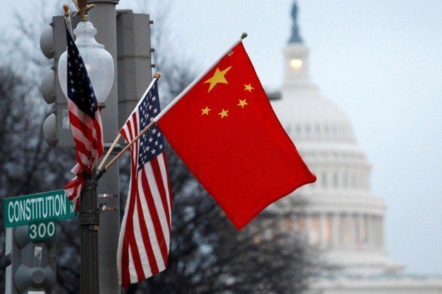Bandeiras da China e dos Estados Unidos em poste de Washington
