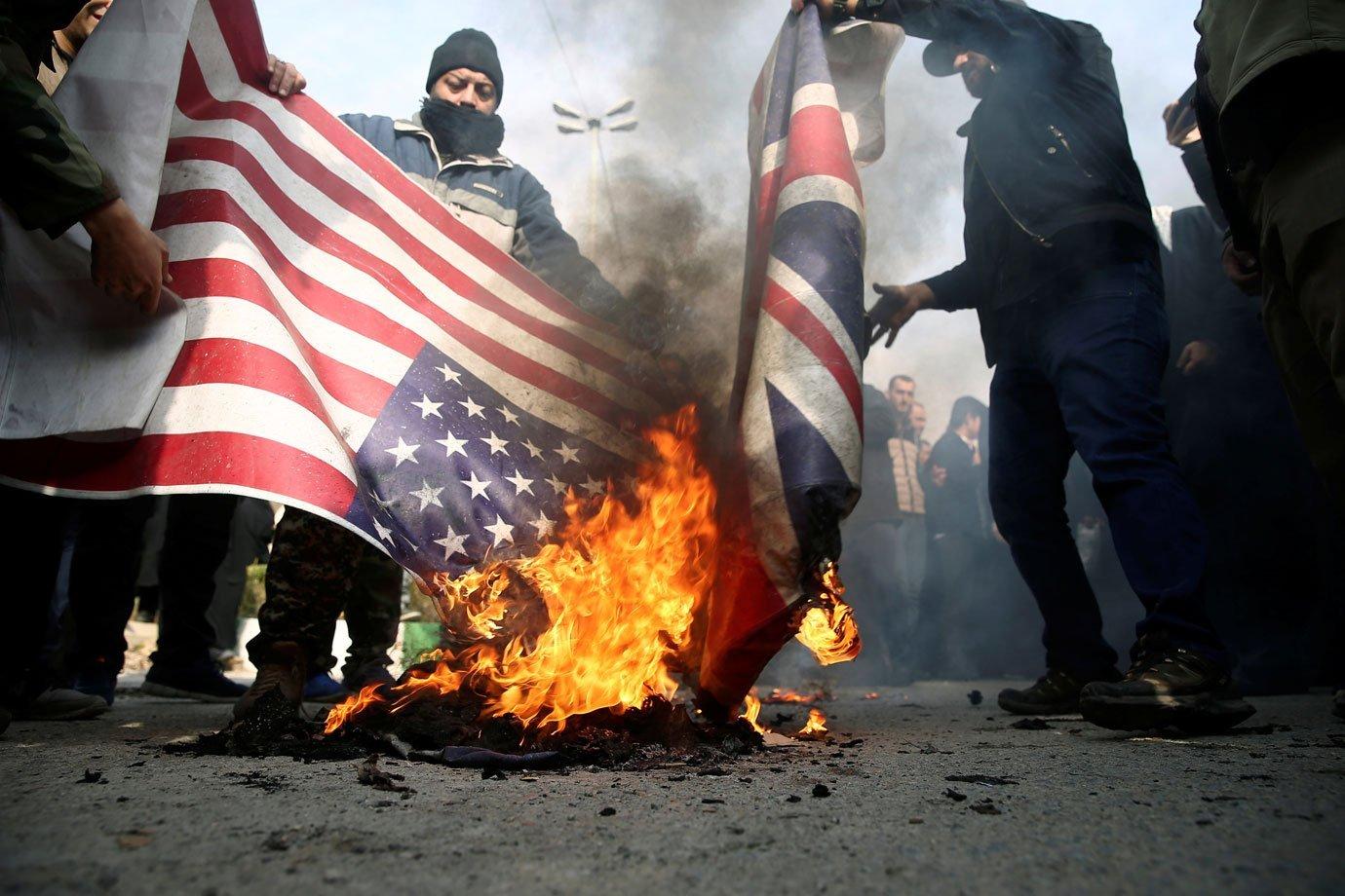 Protesto queima bandeira dos EUA após ataque no Iraque
