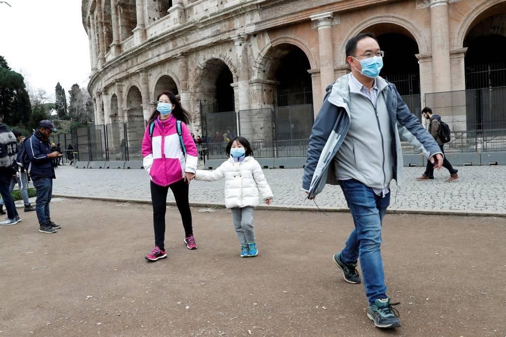 Turistas usam máscaras de proteção facial em Roma, Itália