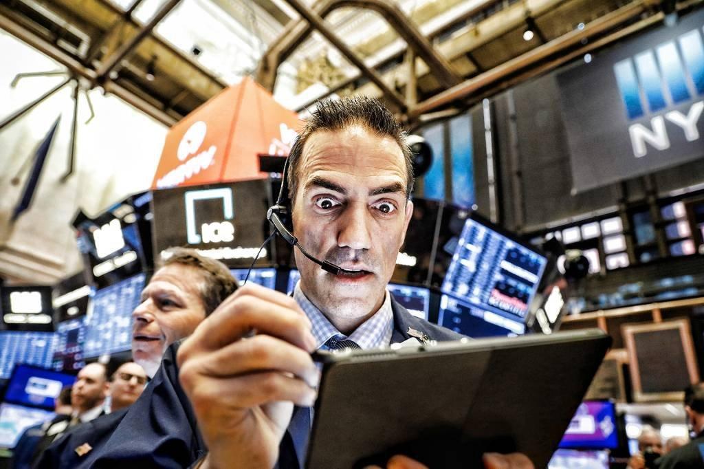 Operadores de mercado financeiro trabalham na bolsa de Nova York.