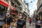 Pessoas usando máscaras em meio ao surto de coronavírus no Rio de Janeiro