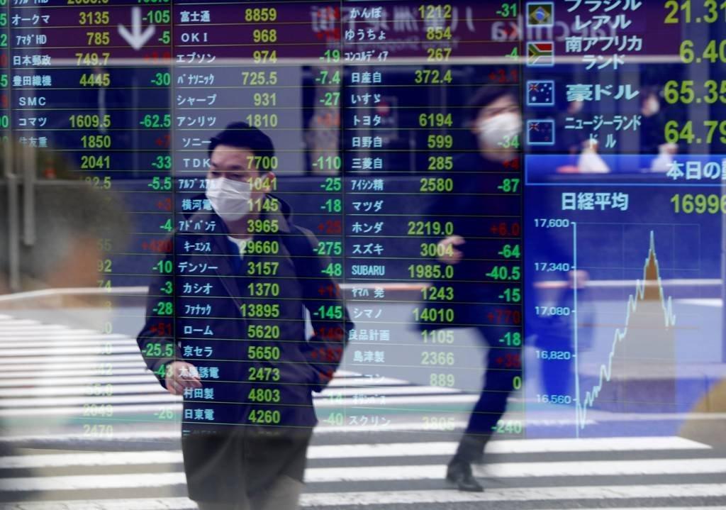 Bolsa de valores e pessoas com máscara contra o coronavírus
