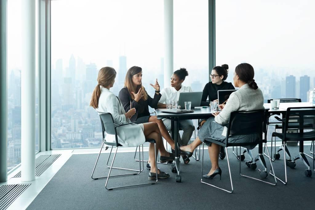 Mulheres executivas em reunião no trabalho