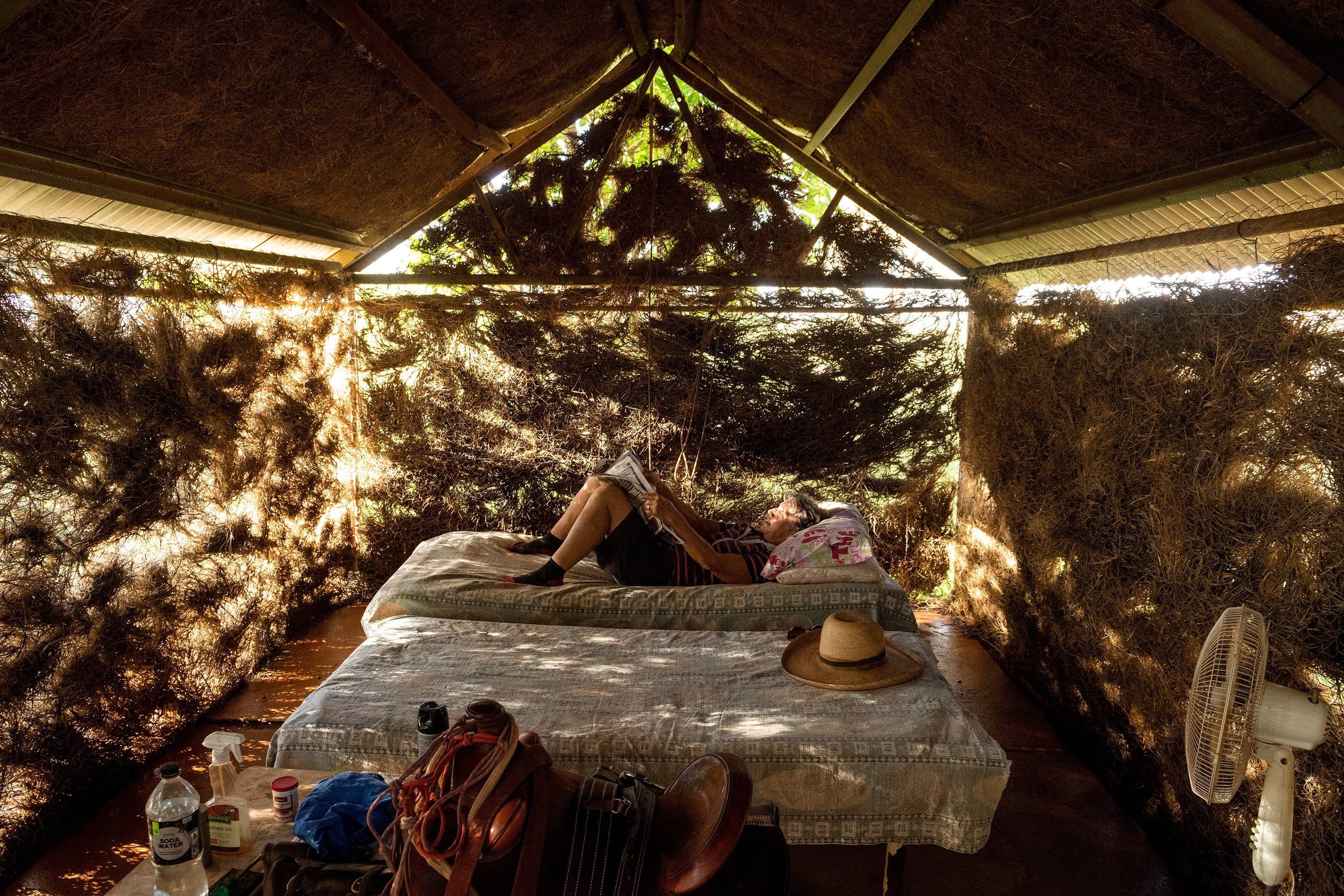 Ann Coppin em sua cabana em Marble Bar, Austrália