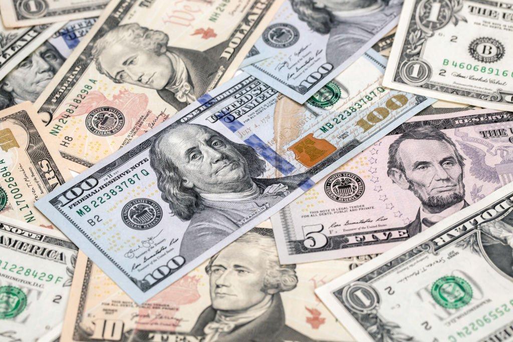 Dólar tem forte queda e se aproxima da casa dos 4 reais com reabertura