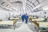 Profissionais de saúde dentro do hospital de campanha criado no Rio para atender pacientes com coronavírus