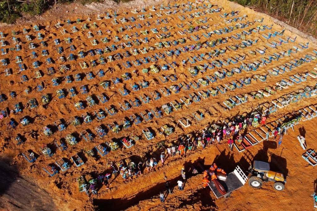 Com SUS em colapso, Amazonas enterra vítimas da covid-19 em vala ...