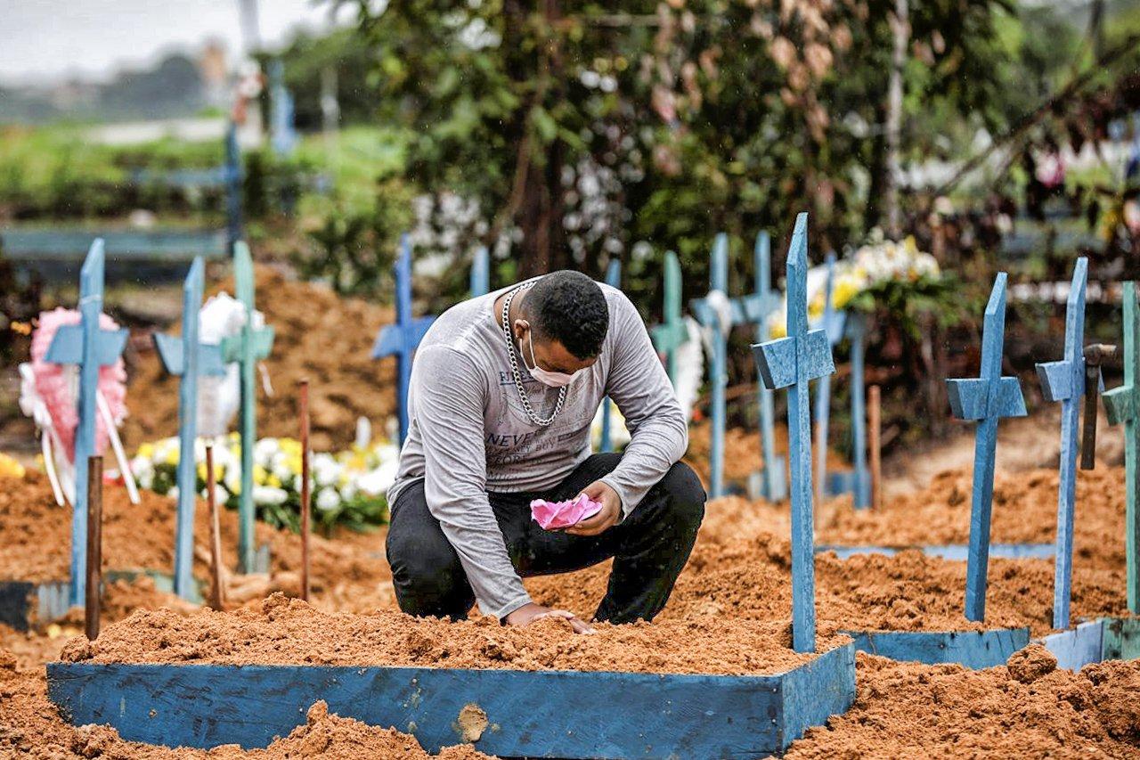 Mortes diárias por covid-19 disparam no Brasil e superam Itália e Espanha | Exame