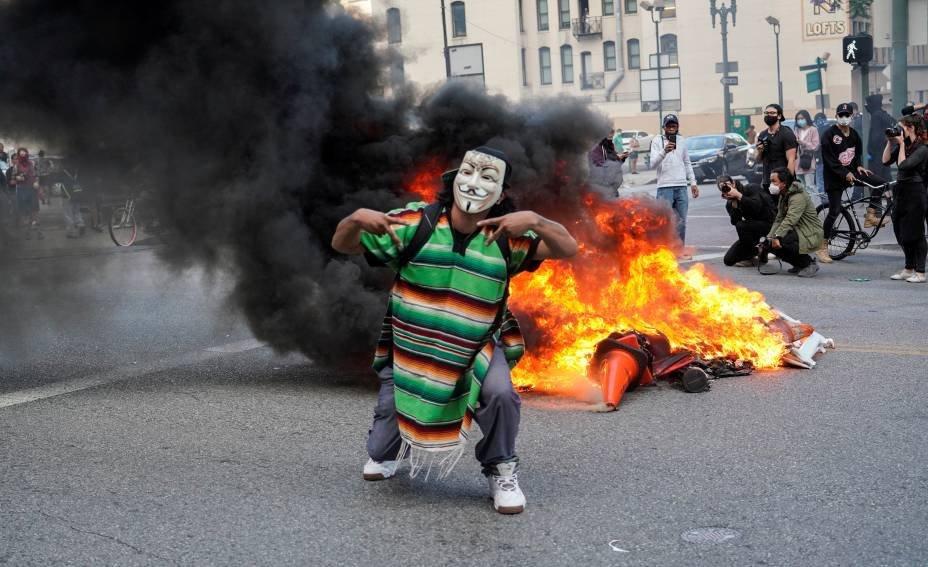 Manifestante mascarado em ato contra a morte de George Floyd, Los Angeles, California: 30 de maio. REUTERS/Kyle Grillot