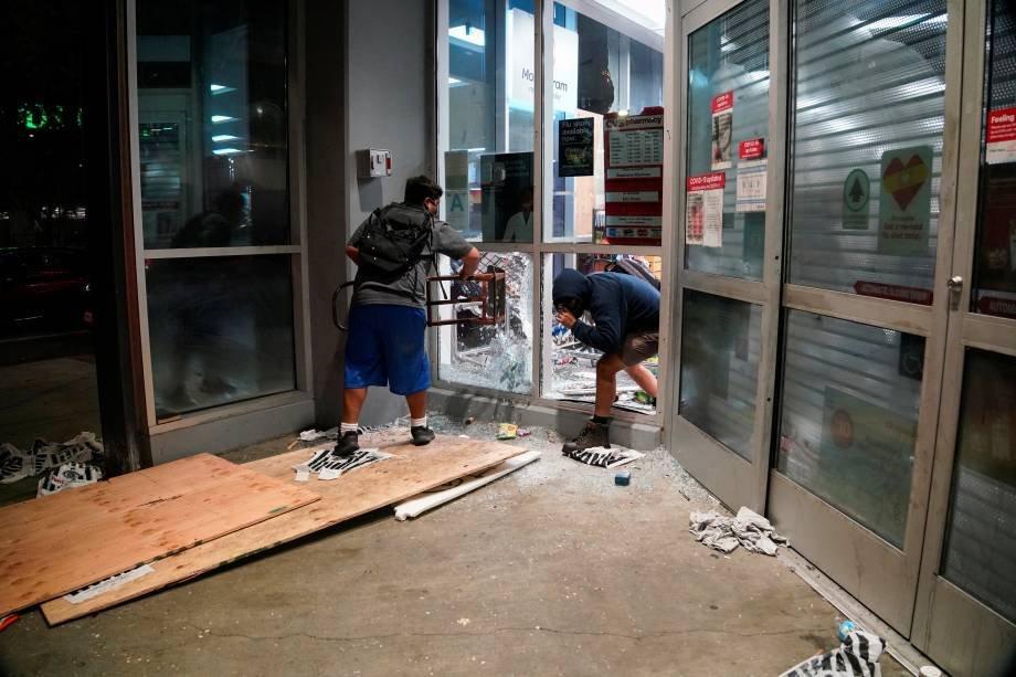 Pessoas saqueiam propriedades durante inquietação em todo o país após a morte de George Floyd por um policial. Los Angeles, Califórnia, EUA, em 30 de maio de 2020. Foto: REUTERS / Kyle Grillot