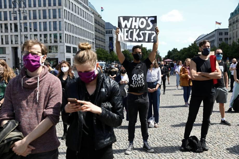 Manifestantes protestam contra a morte de George Floyd em frente à embaixada dos EUA em Berlin, Alemanha: 31 de maio, REUTERS/Christian Mang