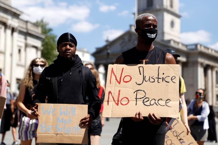 """Homem segura cartaz com os dizeres: """"sem justiça, sem paz"""" durante protesto pela morte de George Floyd, na Trafalgar Square, em Londres, Reino Unido, 31 de maio. REUTERS/John Sibley"""