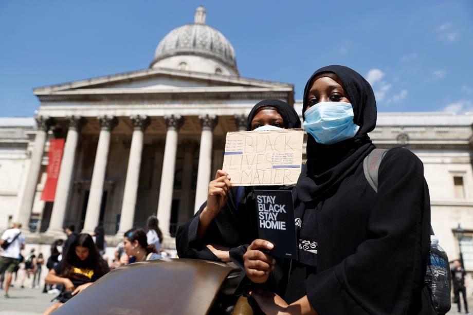 Mulher de máscara de proteção durante protesto contra a morte de George Floyd, na Trafalgar Square, em Londres. 31 de maio. REUTERS/John Sibley