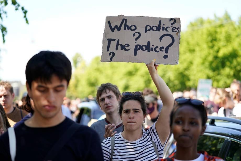 """Manifestante com cartaz dizendo """"quem policia a polícia"""" durante ato contra a morte de Gerge Floyd. 31 de maio. Ritzau Scanpix/Ida Guldbaek Arentsen via REUTERS"""