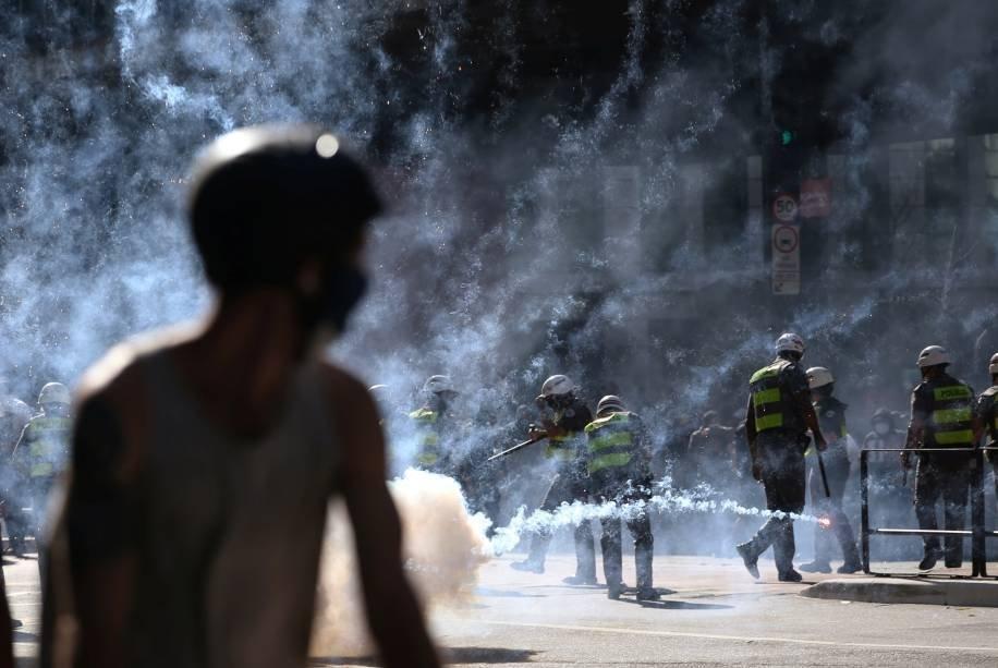 Manifestantes são vistos em meio à fumaça de gás lacrimogêneo durante protesto contra o presidente Jair Bolsonaro, na Avenida Paulista, em São Paulo, 31 de maio de 2020.
